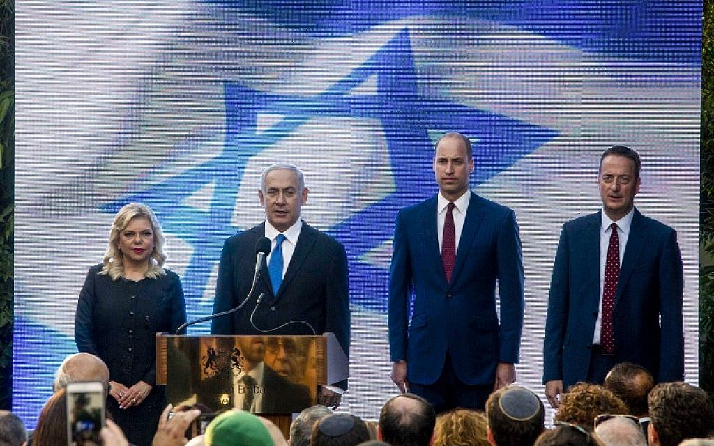 Britain's Prince William stands alongside Prime Minister Benjamin Netanyahu, his wife Sara Netanyahu and UK Ambassador to Israel David Quarrey (R) during a reception at the British ambassador's residence in the Israeli town of Ramat Gan, east of Tel Aviv, on June 26, 2018. (AFP PHOTO / POOL / Sebastian Scheiner)