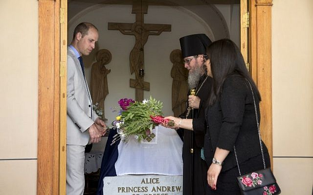 Britain's Prince William visits the grave of his great-grandmother Princess Alice of Battenberg during a visit to the Mary Magdalene Church, in East Jerusalem, on June 28, 2018 (AFP PHOTO / POOL / Sebastian Scheiner)