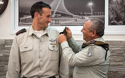 Incoming IDF Southern Command chief Herzl Halevi (L) at a ceremony in Beersheba on June 6, 2018 which Chief of Staff Gadi Eisenkot. (IDF)