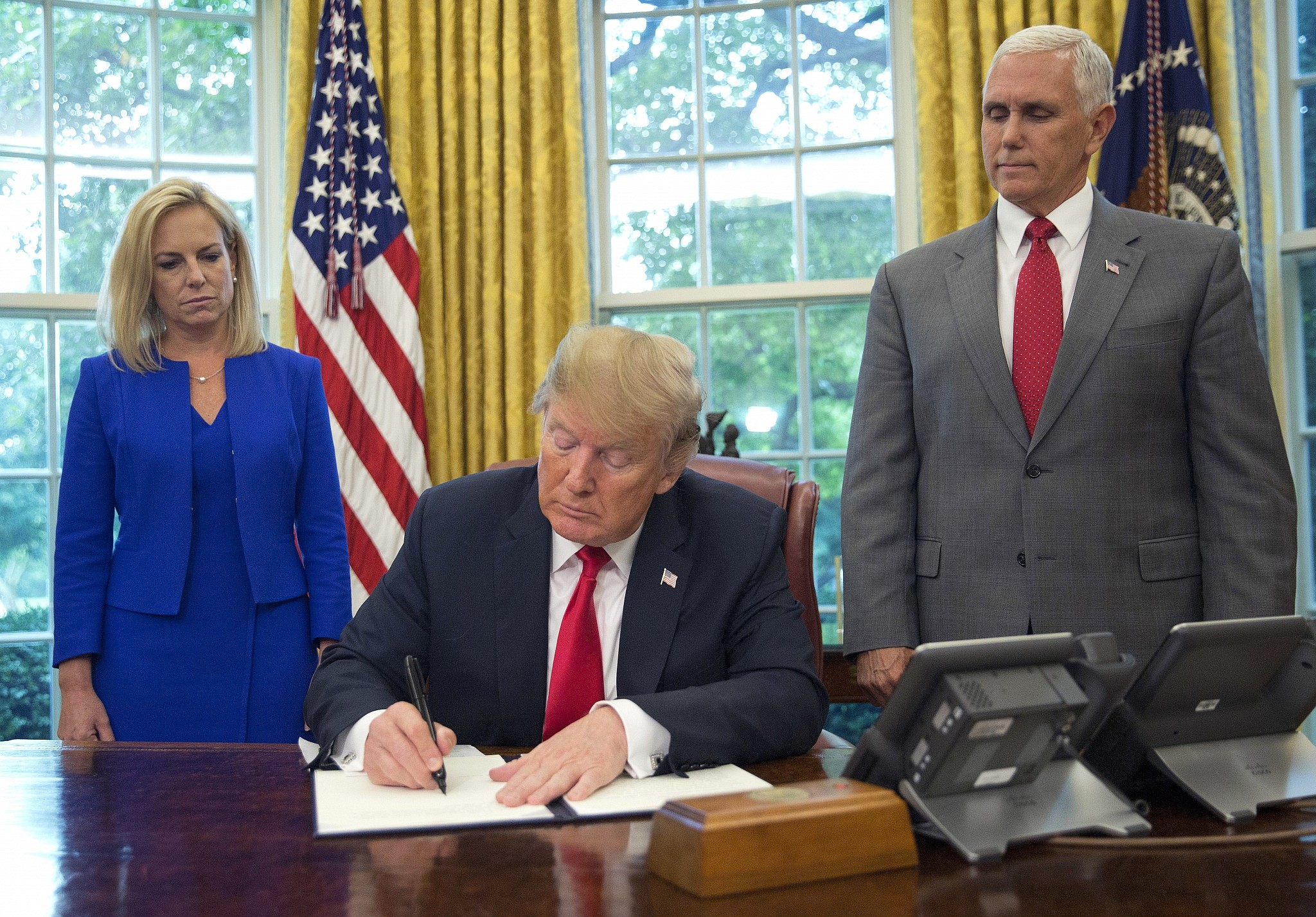 Trump signs executive order stopping family separation policy