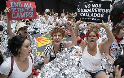 Hundreds of activists, including actress Susan Sarandon, center, protest the Trump administration's approach to illegal border crossings and separation of children from immigrant parents, in the Hart Senate Office Building on Capitol Hill in Washington, June 28, 2018. (AP Photo/J. Scott Applewhite)