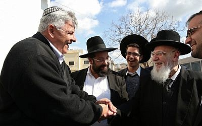 Hadera Mayor Tzvika Gendelman (L) meets with Rabbi Shalom Cohen, President of the Shas Torah Sages Council, February 12, 2017. (Yaakov Cohen/Flash90)
