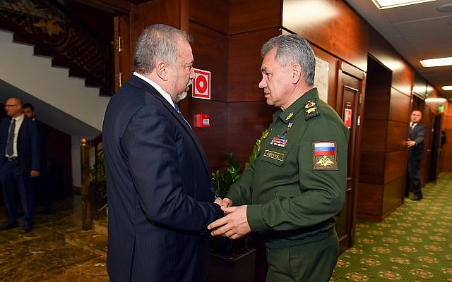 Defense Minister Avigdor Liberman meets with Russian Minister of Defense Sergey Shoigu, in Moscow, Russia on May 31, 2018. (Ariel Hermoni/Defense Ministry)