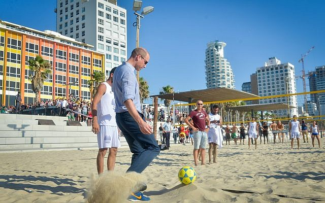 Prince William seen with Israeli footvolley players at Frishman beach in Tel Aviv, on June 26, 2018. (Niv Aharonson/POOL)