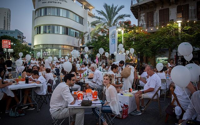 White Night Tel Aviv 2018 kicked off Wednesday, June 27 with the White Picnic, an elegant, al fresco event where participants show up with a picnic dinner at a previously undisclosed location in the city (Miriam Alster/Flash 90)