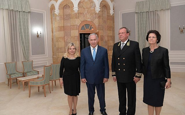 Russian Ambassador Anatoly Viktorov and his wife host PM Netanyahu and his wife Sara at a reception marking Russia Day in Jerusalem, June 14, 2018 (Amos Ben-Gershom/GPO)