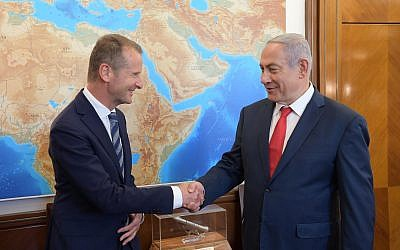 Prime Minister Benjamin Netanyahu (right) shakes hands with Volkswagen CEO Herbert Diess in his Jerusalem office on June 20, 2018. (Amos Ben-Gershom/GPO)