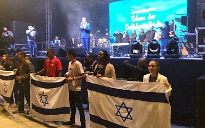 Marcelo Crivella, mayor of Rio de Janeiro, Brazil, sings to raise funds for the construction of the city's Holocaust memorial. (Marcus Gilban via JTA)