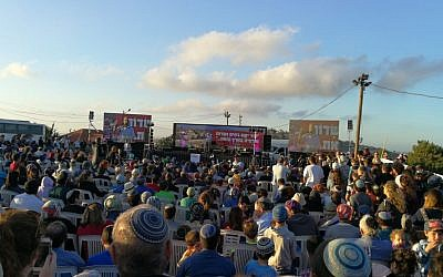 Some 2,000 Israelis attend a protest rally at the West Bank outpost of Netiv Ha'avot on June 11, 2018, ahead of its scheduled demolition. (Yesha Council)