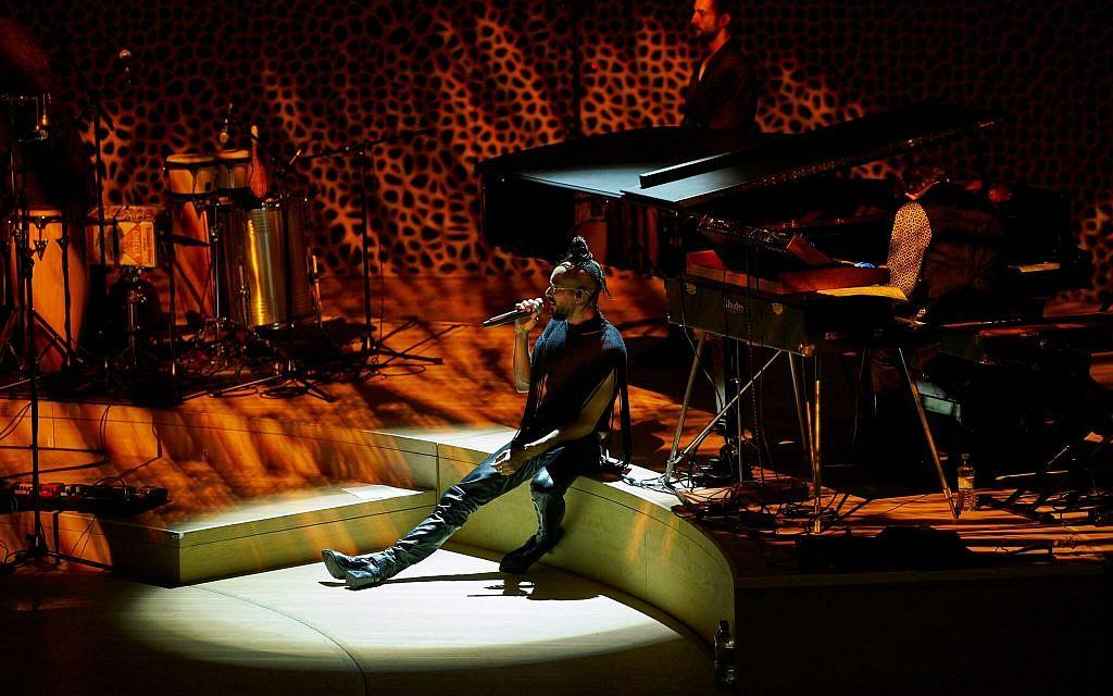 Yemen Blues founder Ravid Kahalani sings onstage. (Courtesy)