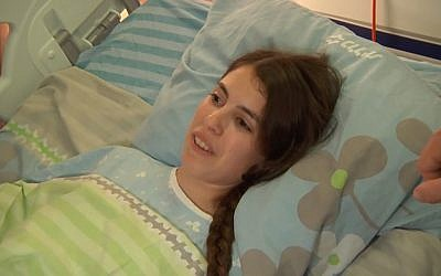 Afula stabbing victim Shuva Malka gives thanks from her hospital bed on June 17, 2018. (Screen capture: Ynet news)