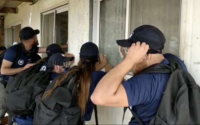 Police officers trying to evacuate an illegally built home in the West Bank outpost of Tapuah West, June 17, 2018. (Courtesy)