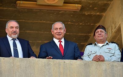 Prime Minister Benjamin Netanyahu (C), Defense Minister Avigdor Liberman (L) and IDF Chief of Staff Gadi Eisenkot at a graduation ceremony for new IDF officers on June 20, 2018. (Ariel Hermoni/Defense Ministry