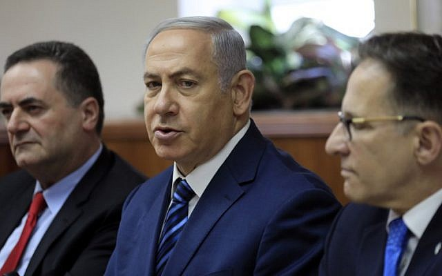 Prime Minister Benjamin Netanyahu (C) chairs the weekly cabinet meeting in his Jerusalem office on July 1, 2018, flanked by Cabinet Secretary Tzachi Braverman (R) and Intelligence and Transportation Minister Israel Katz (L) (AFP PHOTO / POOL / Tsafrir Abayov)