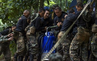 Thai soldiers carry equipment during rescue operations for 12 boys and their coach trapped in Tham Luang cave in Thailand on July 4, 2018 (AFP PHOTO / YE AUNG THU)