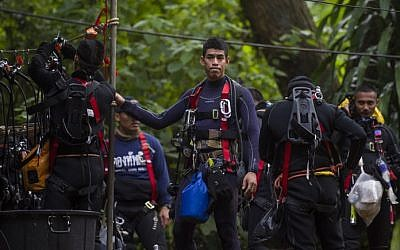 Thai divers carry supplies as rescue operations continue for 12 boys and their coach trapped at Tham Luang cave in the Chiang Rai province on July 5, 2018. (AFP PHOTO / YE AUNG THU)