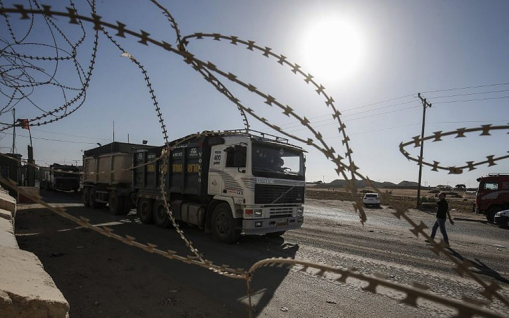 Security forces loyal to the Palestinian Authority stand at the gate of the Kerem Shalom crossing, the main passage point for goods entering the Gaza Strip from Israel, in the southern Gaza town of Rafah, on July 9, 2018. (AFP Photo/Said Khatib)