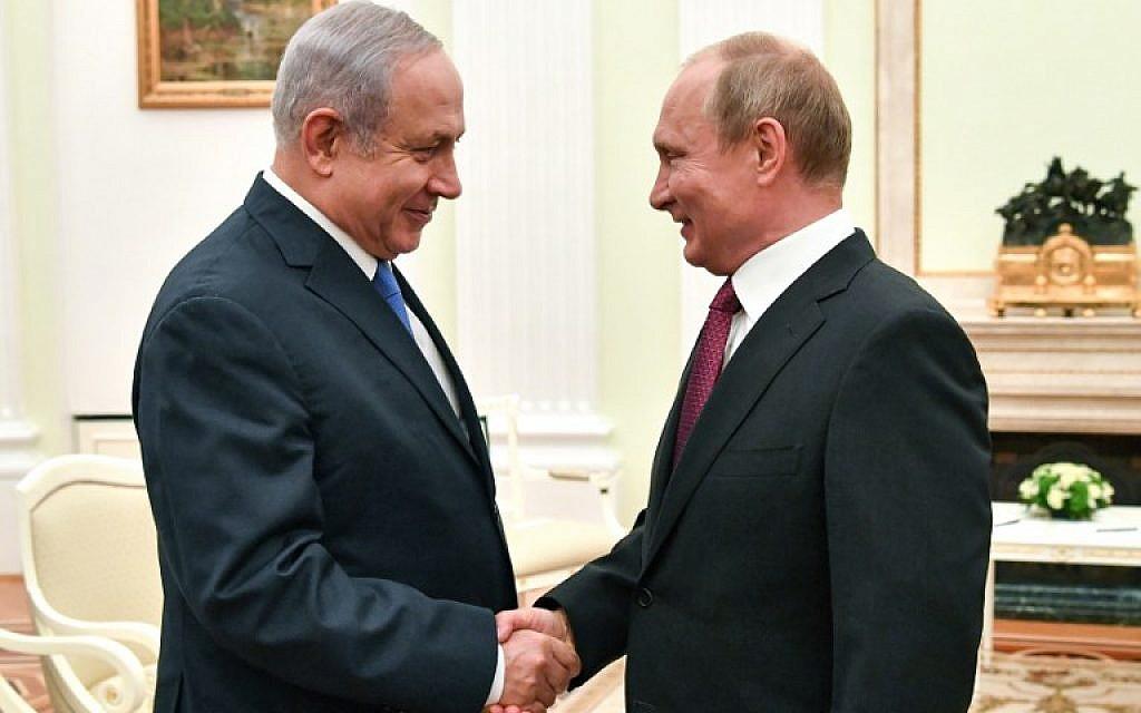 Russian President Vladimir Putin (R) shakes hands with Israeli Prime Minister Benjamin Netanyahu during their meeting at the Kremlin in Moscow on July 11, 2018. (AFP/Pool/Yuri Kadobnov)