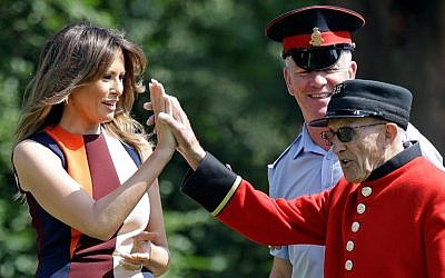 US First Lady Melania Trump (L) high-fives a British military veteran during a game of bowls during a visit to the Royal Chelsea Hospital in London on July 13, 2018. (AFP Photo/Pool/Luca Bruno)