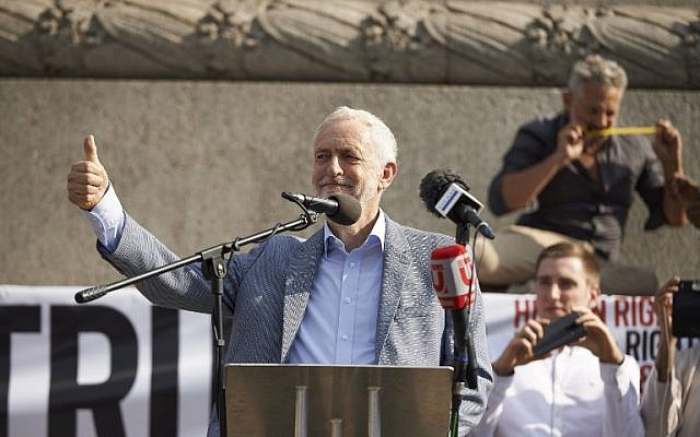 Britain's opposition Labour Party leader Jeremy Corbyn gestures to the crowd in Trafalgar Square during a protest against the visit of US President Donald Trump to the UK, on July 13, 2018. (Niklas HALLEN/AFP)
