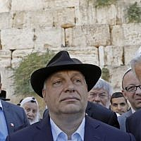 Hungarian Prime Minister Viktor Orban (C) visits the Western Wall in Jerusalem's Old City on July 20, 2018. (AFP PHOTO / MENAHEM KAHANA)