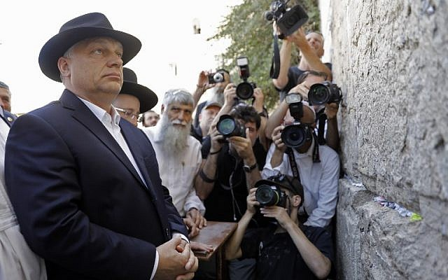 Hungarian Prime Minister Viktor Orban visits the Western Wall in Jerusalem's Old City on July 20, 2018. (AFP PHOTO / MENAHEM KAHANA)