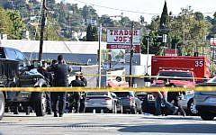 Police officers guard a supermarket with a barricaded suspect in Silverlake, Los Angeles, on July 21, 2018,  (AFP PHOTO / Robyn BECK)