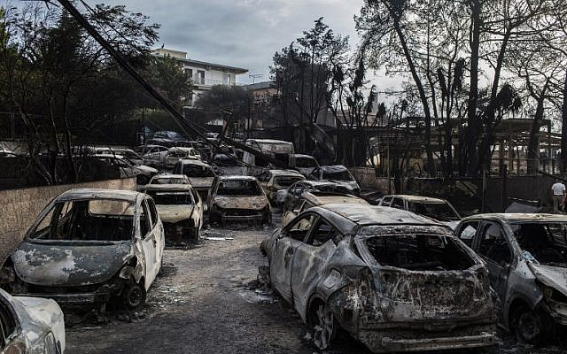 Burnt cars following a wildfire at the village of Mati, near Athens, on July 24, 2018. (AFP PHOTO/ANGELOS TZORTZINIS)
