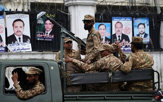 Pakistani soldiers patrol outside a voting material distribution center in Lahore on July 24, 2018 (AFP PHOTO / WAKIL KOHSAR)