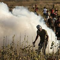 Palestinians take part in clashes with Israeli troops along the border fence between Israel and the Gaza Strip, east of Gaza City on July 27, 2018. (AFP Photo/Mahmud Hams)