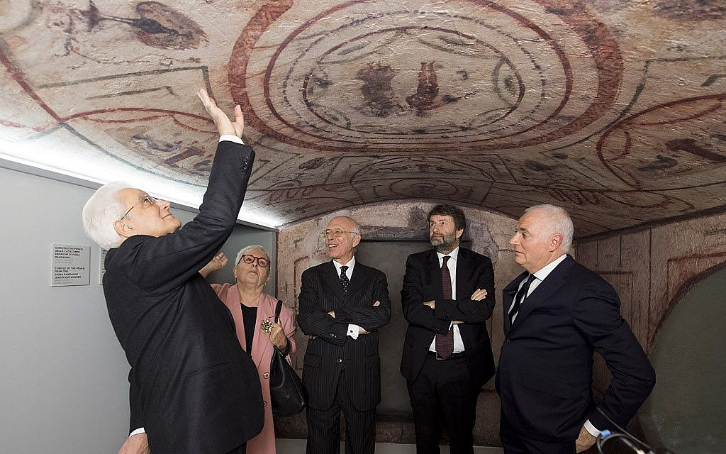The reproduction of a chamber in the Vigna Randanini Catacombs. From left to right: President of Italy Sergio Mattarella, historian Anna Foa (one of the exhibition's curators), MEIS president Dario Disegni, former Minister of Cultural Heritage Dario Franceschini, architect Giovanni Tortelli. (Marco Caselli Nirmal/ Courtesy MEIS)