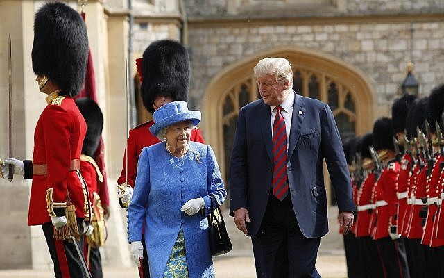 US President Donald Trump (r) with Queen Elizabeth II, inspecting the Guard of Honour at Windsor Castle in Windsor, England, July 13, 2018. (AP Photo/Pablo Martinez Monsivais)