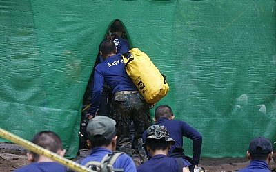 Divers re-enter cave as Thai rescue restarts