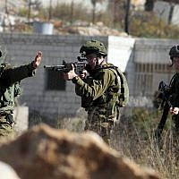 Illustrative: IDF soldiers near the entrance to the West Bank settlement of Beit El, October 24, 2014. (STR/Flash90)