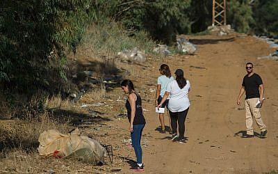 Volunteers searching for Ofira Chaim in the Ilanot forest in the Sharon region on July 8, 2018. (Meir Vaknin/FLASH90)