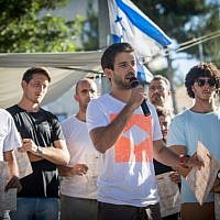 Tzur Goldin, the twin brother of slain and captured IDF soldier Hadar Goldin, speaks during a protest of IDF reserve soldiers who fought in the 2014 Gaza war, outside the Prime Minister's Residence, in Jerusalem, on July 8, 2018. (Yonatan Sindel/Flash90)