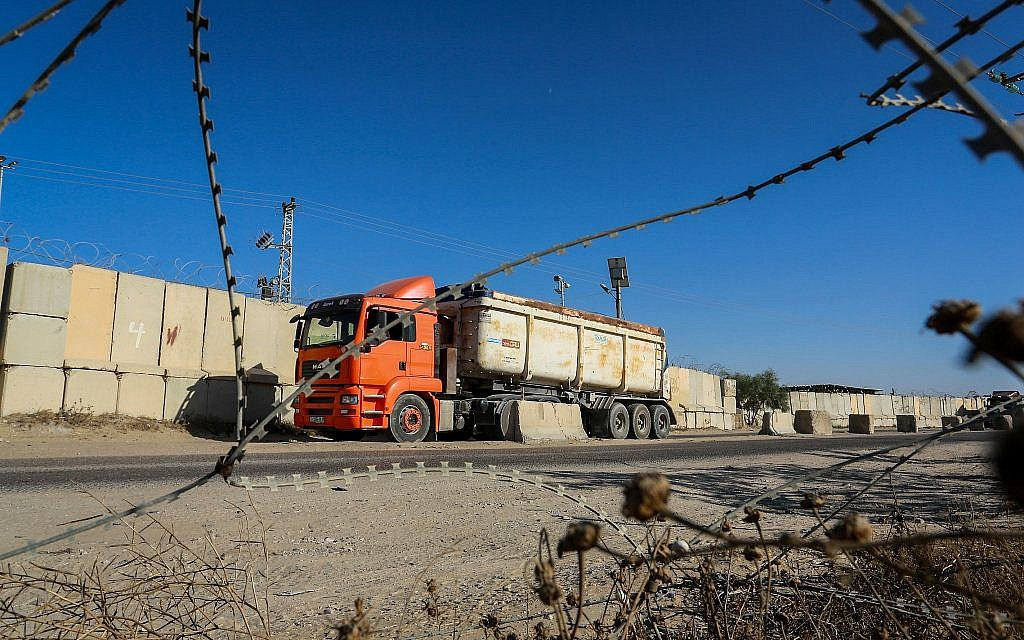 Palestinian trucks seen at the Kerem Shalom crossing, the main passage point for goods entering Gaza from Israel, July 9, 2018 (Abed Rahim Khatib/Flash90)