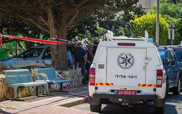Police at the scene where the body of missing woman Ofira Chaim was found in her garden in Tel Mond, July 10, 2018 (Flash90)