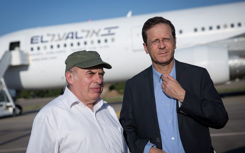 Outgoing Jewish Agency head Nathan Sharansky and new chief Isaac Herzog at an event welcoming some 300 new immigrants from France on a special 'aliyah' flight organized by the agency, at Ben Gurion Airport on July 23, 2018. (Miriam Alster/Flash90)