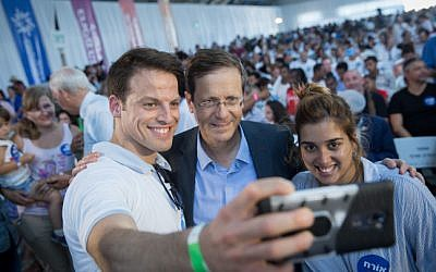 Jewish Agency head Isaac Herzog, center, at an event at at Ben Gurion Airport to welcome some 300 new immigrants from France on a special flight organized by the Jewish Agency,  July 23, 2018. (Miriam Alster/Flash90)