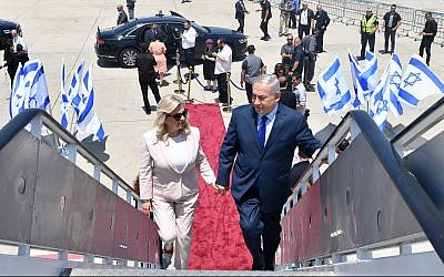 Prime Minister Benjamin Netanyahu (R) and his wife Sara boarding a plane at Ben Gurion Airport before departing to Moscow, Russia, on July 11, 2018. (Kobi Gideon/GPO)