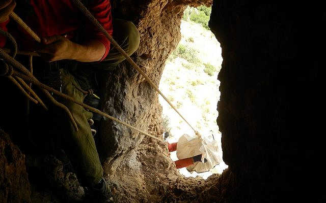 Lowering the finds from the cliff cave on the Lebanon border on June 29, 2018. Yinon Shivtiel)