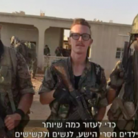 American IDF veteran Jonathan Leibovits (center) in Syria fighting alongside YPG forges against IS jihadists in 2016. (screen capture: Channel 10)