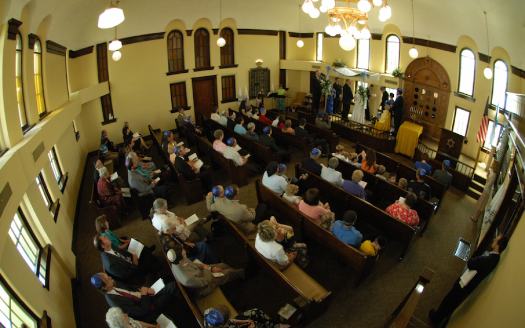 Congregation B'nai Jacob used to fill up more often, as pictured here during Sue Weinberg's 2006 wedding. (Courtesy of Weinberg/via JTA)
