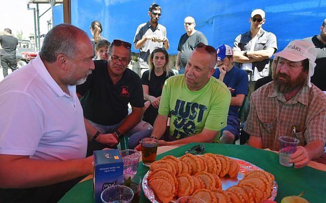 Defense Minister Avigdor Liberman visits Kibbutz Or HaNer near the Gaza Strip, July 27, 2018 (Ariel Hermoni/Defense Ministry)