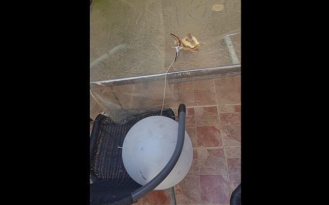 Balloon with suspected incendiary device found in Jerusalem's Gilo neighborhood on July 20, 2018. (Israel Police)