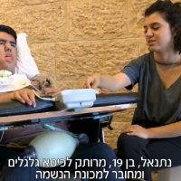 Netanel Cohen, left, at Ben Gurion Airport, July 15, 2018. (Hadashot screen capture)