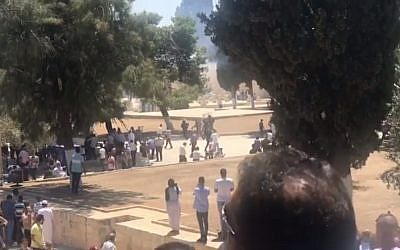 Muslim worshipers clash with police on the Temple Mount on July 27, 2018. (Screen capture: Ir Amim)