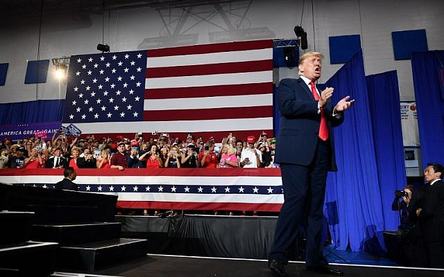 US President Donald Trump claps during a rally at Olentangy Orange High School in Lewis Center, Ohio, on August 4, 2018. (AFP/ MANDEL NGAN)