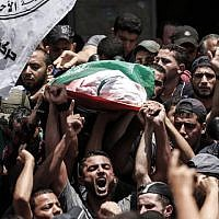 Palestinian mourners carry the body of a Hamas sniper killed by Israeli fire, during his funeral in Jabalia, in the northern Gaza Strip, on August 7, 2018. (AFP/MAHMUD HAMS)